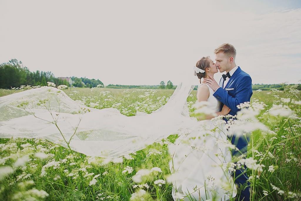 zdjęcia ślubne z motocyklem welon