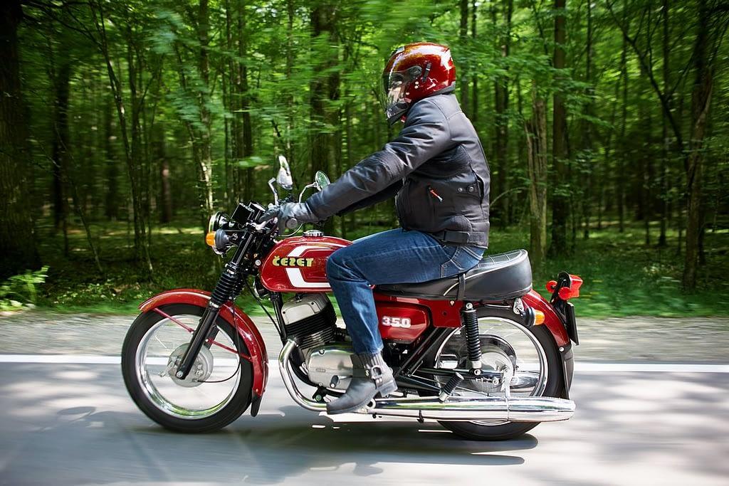 zdjęcia ślubne z motocyklem cezet