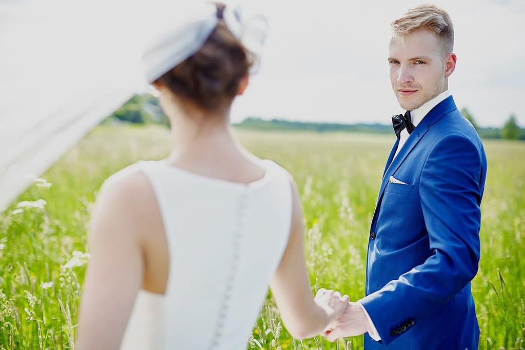 zdjęcia ślubne z motocyklem łąka
