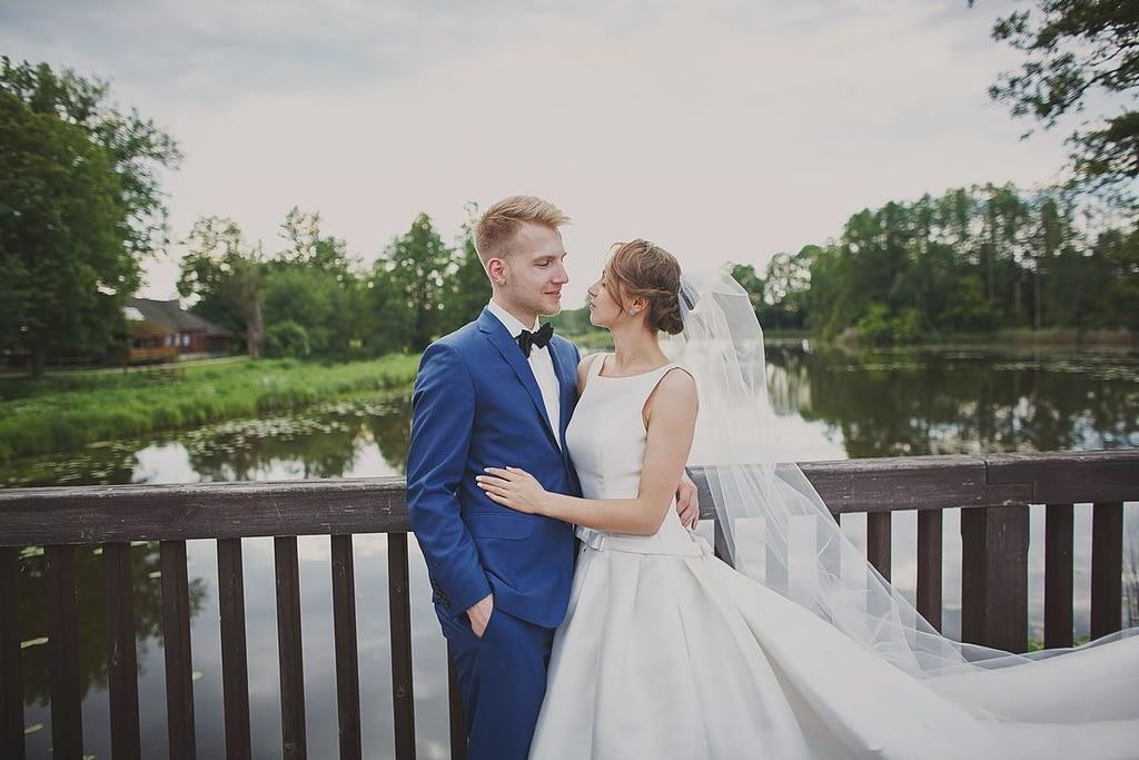 zdjęcia ślubne z motocyklem nad wodą