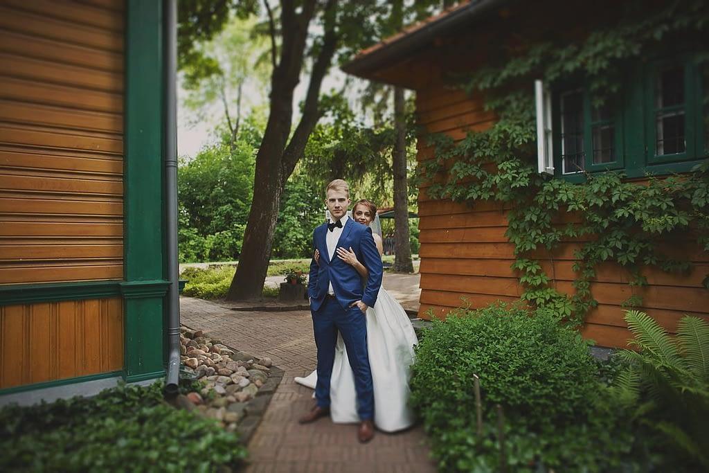 zdjęcia ślubne z motocyklem stacja kolejowa