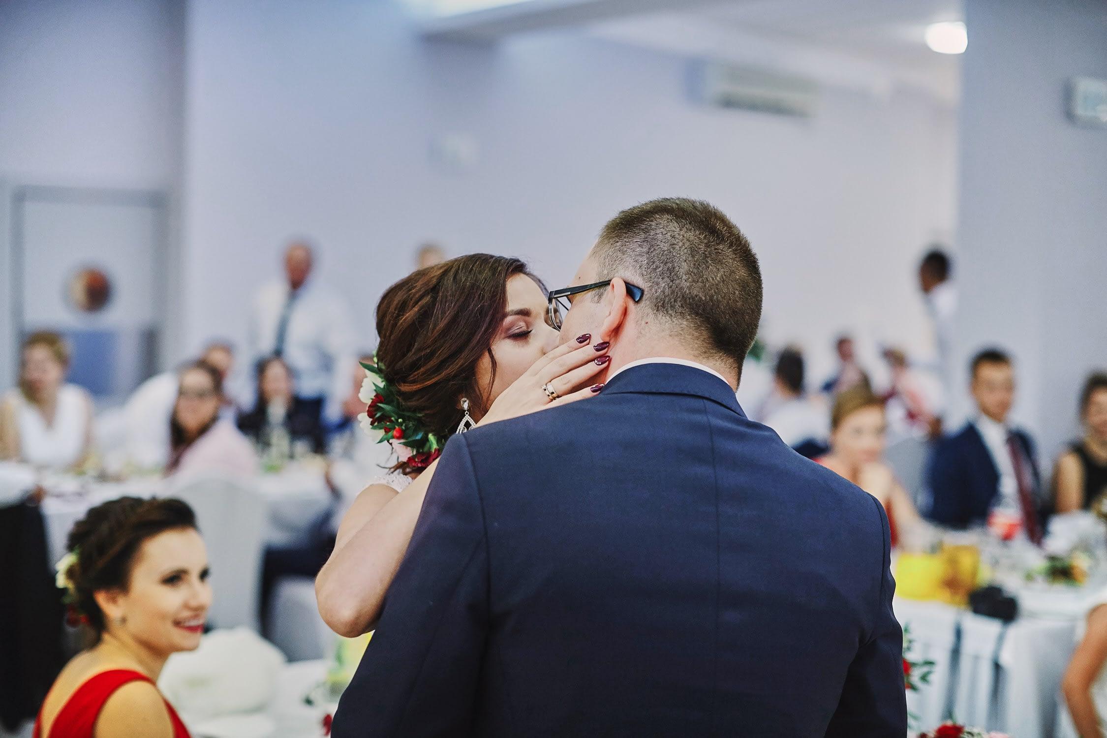 Zdjęcia ślubne pierwszy pocałunek gorzko wesele