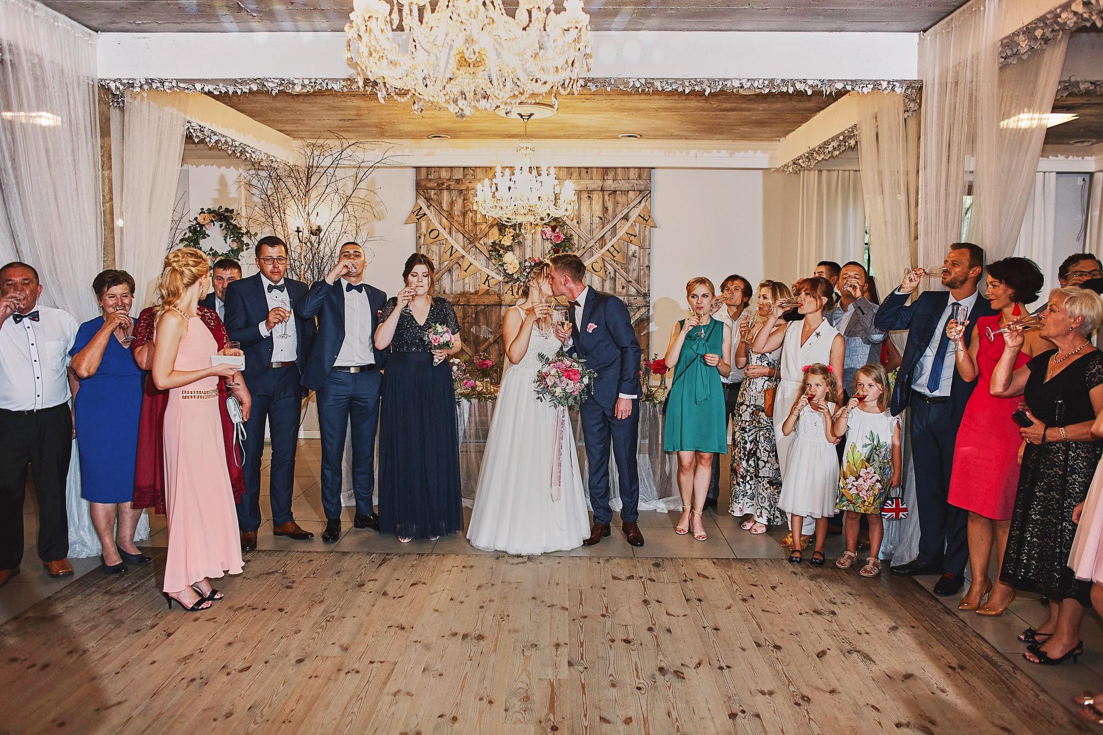 Zdjęcia ślubne wesele pierwszy pocałunek