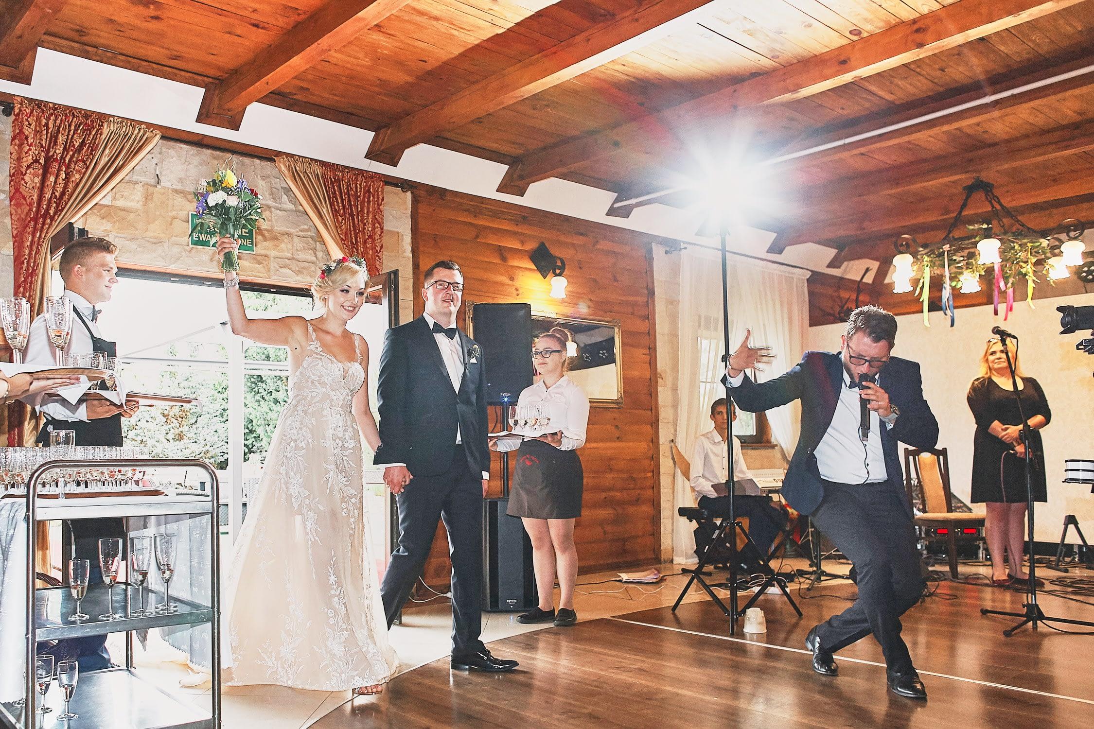 Zdjęcia ślubne wejście na salę
