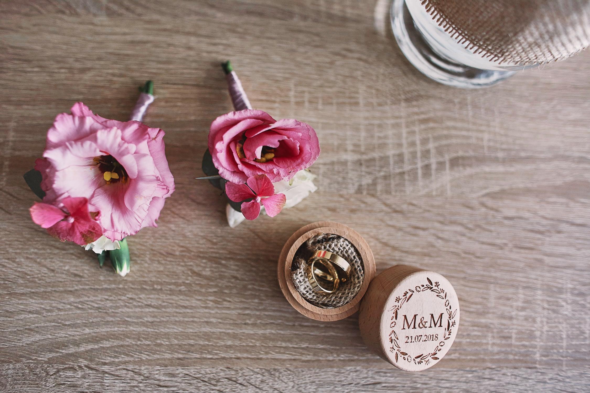 Zdjęcia ślubne detale obrączki kwiaty