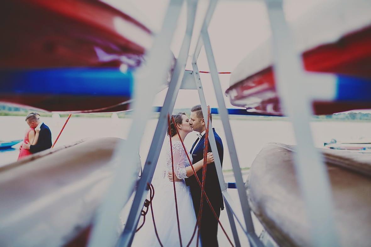 sesja ślubna ze świadkami Białystok gorący pocałunek