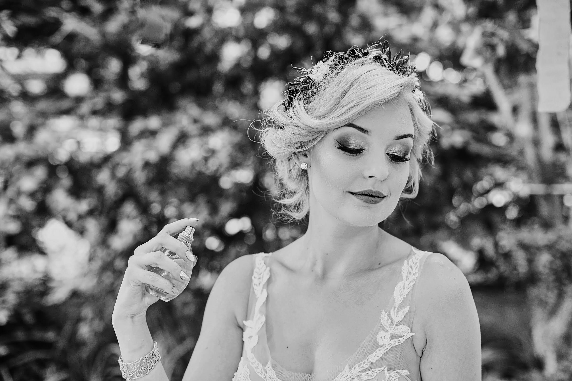Zdjęcia ślubne perfumy przygotowania