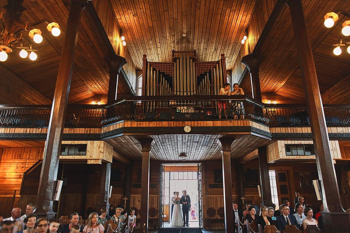 Zdjęcia ślubne kościół ceremonia wejście