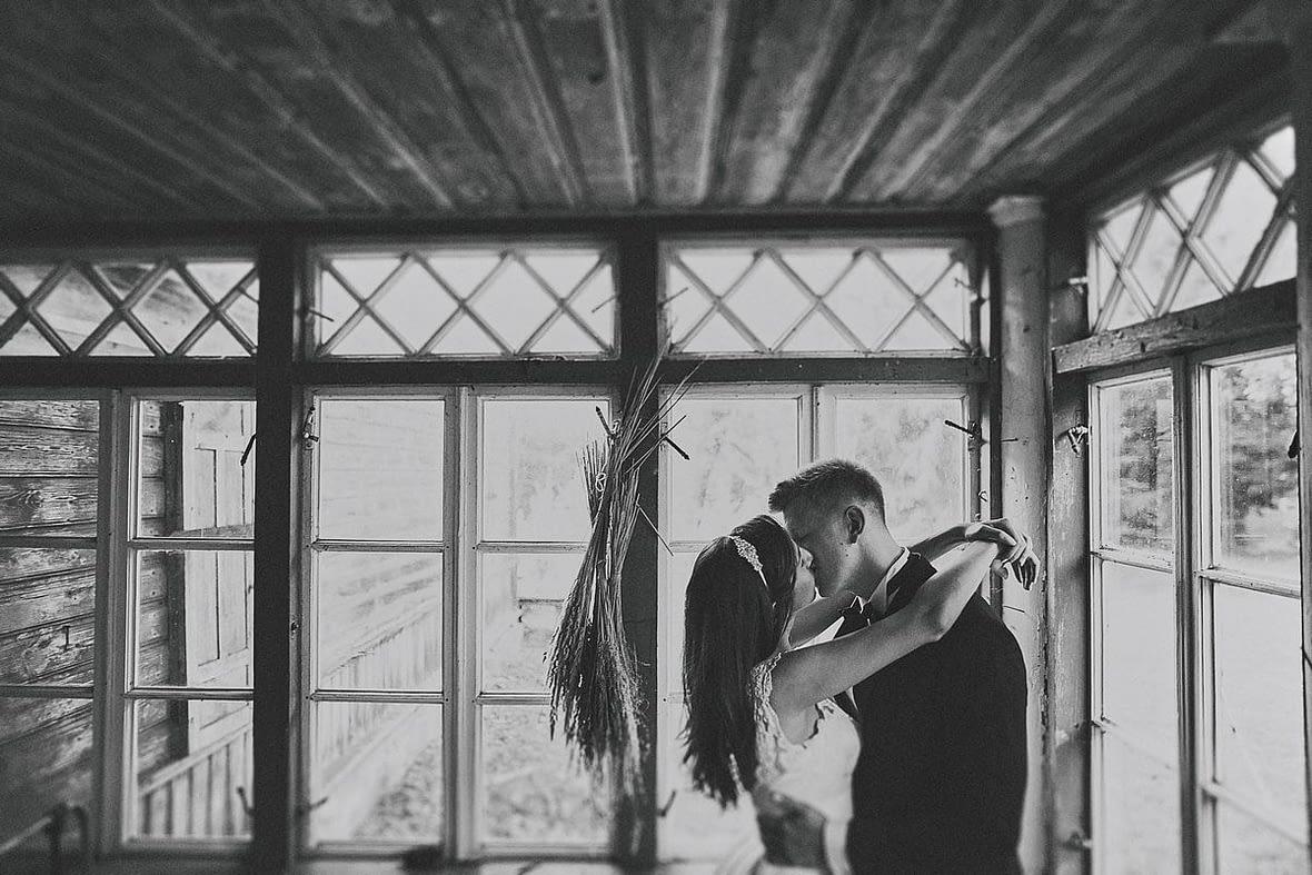 piękne zdjęcia ślubne w plenerze Białystok pocałunek