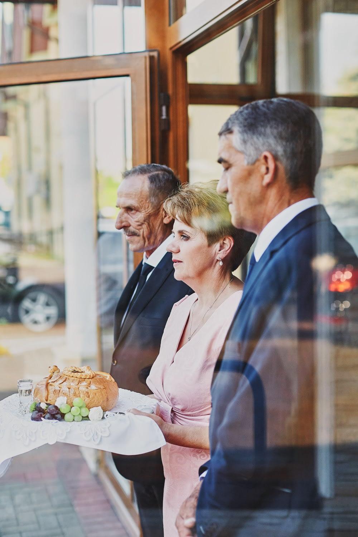 Zdjęcia ślubne powitanie chlebem i solą rodzice